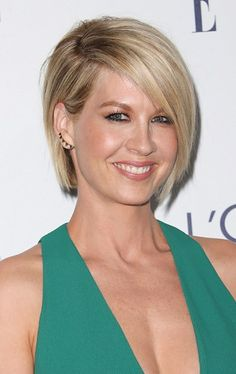 Jenna Elfman-Contemporary Bobs for Women Over 40 l www.sophisticatedallure.com