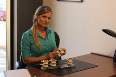 La Dre Isabelle Pouliot, Chiropraticienne prenant la pose à son bureau, en septembre 2015.
