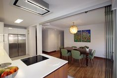 Separación de cocina con comedor con cortinas de cristal.