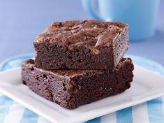 Το μυστικό βρίσκεται και στον τρόπο ψησίματος, αλλά κυρίως, στις ώρες που θα το αφήσουμε να ξεκουραστεί. Fudge Brownies, Healthy Brownies, Homemade Brownies, Delicious Chocolate, Chocolate Recipes, Brownie Sem Gluten, Fudge Flavors, Go For It, Bakery Recipes