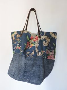 Risultati immagini per tutorial cabas reversibles Patchwork Bags, Quilted Bag, My Bags, Purses And Bags, Pochette Diy, Sacs Tote Bags, Denim Ideas, Art Bag, Floral Bags