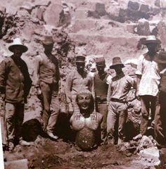 """Delphi, excavation of a kouros. Old Photos, Vintage Photos, West Va, Paris, Historical Photos, Archaeology, Dame, Mystery, Around The Worlds"