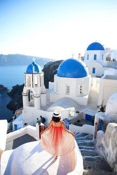 Waan je in een sprookje op het eiland Santorini ✨ Je herkent het eiland aan de witte huisjes met de blauwe daken  Ontdek het zelf in de mooiste maand van het jaar: juli! https://ticketspy.nl/deals/waan-je-in-een-sprookje-en-ga-naar-het-wonderschone-santorini-va-e359/