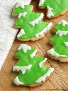 Shopgirl: Snowy Tree Sugar Cookies and Sugar Cookie recipes (Cute way to decorate a Christmas tree cookies. Christmas Tree Cookies, Christmas Sweets, Christmas Cooking, Christmas Goodies, Holiday Cookies, Holiday Treats, Homemade Christmas, Party Treats, Xmas Tree