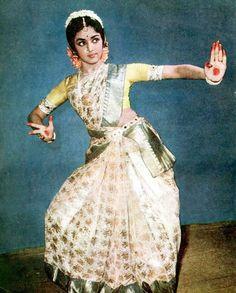 Throw back photo of Hemamalini ji Perspective Photography, Dance Photography, Dance Outfits, Dance Dresses, Designer Lehnga Choli, Indian Classical Dance, Hema Malini, Indian Colours, Indian Music