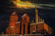 Zamek w Reszlu powstał w latach 1350-1401. Należał do biskupów warmińskich. Obecnie na zamku mieści się m.in. oddział Muzeum Warmii i Mazur w Olsztynie, hotel i restauracja.