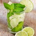 Forget sodas! You'll love this non-alcoholic drink that tastes almost like a Mojito and super refreshing. Sparkling Lime-Mint Quencher #summer #drinks