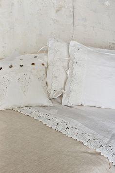 #danieladallavalle #artepura #table #homedecor #madeinitaly #linen #lace #details #pillow #totalwhite #essential
