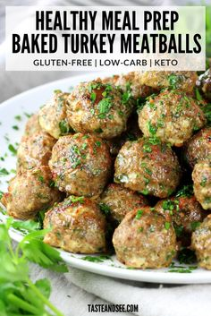 These Healthy Meal Prep Baked Turkey Meatballs are going to be an amazing addition to your healthy eating plan! They're loaded with lean protein and lots of delicious flavor! This recipe makes 45 meat Clean Eating Recipes For Dinner, Clean Eating Snacks, Clean Meals, Eating Raw, Eating Healthy, Healthy Eats, Dinner Recipes, Lean Protein Meals, Cauliflowers