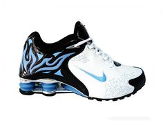 Nike shox r4 torch black white blue is popular sale and seriously beloved by athletes all over the world. The blue torch and logo are quite eye catching at the same time you will be more shocked by the blue columns at the heel in nike shox r4 torch upon the durable and tractional rubber outsole which is the most advanced technology to allow energy replenishment based on the shock absorption and ultra-cushioning to make running or walking more dynamic fit, smooth, naturally in your every…