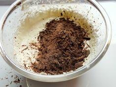 La crema ricotta e cioccolato è una golosa crema che potete utilizzare per farcire i vostri dolci rendendo, così, speciali delle torte molto semplici!