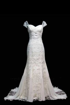 How gorgeous is this gown? But I don't think it goes with a 40's theme.