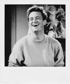Matthew Perry - at his cutest as Chandler Bing in 'Friends,' also star of movies including 'Fools Rush In,' 'Three to Tango' and 'The Whole Nine Yards' Friends Show, Serie Friends, Friends Scenes, Friends Moments, Friends Forever, Chandler Friends, Best Tv Shows, Best Shows Ever, Friend Photography