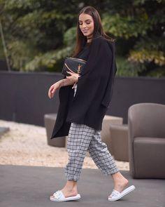 Look Bruna Unzueta para o SPFW:  look em tons sóbrios com modelo flat branco, que é tão estiloso que deu um ar mais cool na produção – Além disso, usa calça xadrez cinza com preto e jaqueta preta como sobreposição
