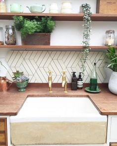 Fresh Kitchen Backsplash Ideas in 2018 Kitchen backsplash ideas farmhouse white cabinets diy, cheap, subway tile, back splashes Modern Kitchen Backsplash, Backsplash Ideas, Backsplash Tile, Kitchen Modern, Kitchen White, Kitchen Ideas, Tiling, Kitchen Decor, Kitchen Shelves