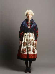 Fantasistakk Folk Fashion, Diy Fashion, Fashion Design, Folklore, Line Patterns, Folk Costume, Dressing, Viera, Traditional Dresses