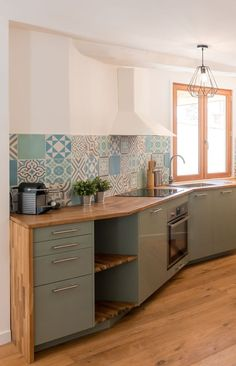 Rustic kitchen renovation with cement tiles before / after Modern Retro Kitchen, Retro Kitchen Decor, Ikea Kitchen, Kitchen Flooring, Rustic Kitchen, Interior Design Kitchen, Vintage Kitchen, Retro Vintage, Before After Kitchen