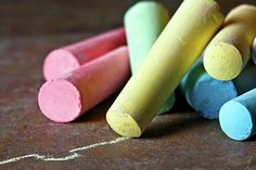 Incentivar la creatividad puede ser muy fácil con esta receta para hacer tus propias tizas de colores. ¡Déjanos un comentario! Materiales: Témpera (puedes usar los colores primarios para hacer varios colores) Yeso en polvo (Lo venden en ferreterías) Agua Tubos de cartón Papel mantequilla Cinta adhesiva de papel (Masking Tape) Bolsas de plástico (para utilizar…