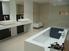 die Kos Gande Badewanne freistehend und die Gessi Vetrofreddo Waschtisch zusammen mit Rettangolo Armaturen und Frozen WC Bidet im Bad einer Architektin in Österreich