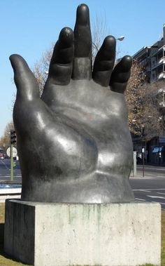 Fernando Botero sculptuur van een hand in Paseo de la Castellana, Madrid, E . Hand Sculpture, Modern Sculpture, Garden Sculpture, Wassily Kandinsky, Moritz Von Schwind, Statues, Madrid, Show Of Hands, Yin Yang