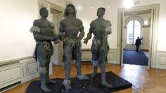 Trois autres guerriers conquérants de l'Afrique du Sud, de l'ensemble Zoulou (1990). Ousmane Sow, Luxury Interior Design, Black Is Beautiful, African Art, Saints, Sculpture, Inspiration, Bodies, Statues
