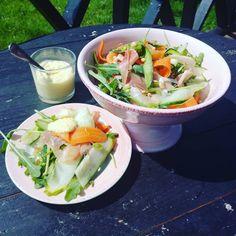 Nå som det er sommer blir det mye lett mat man lager. Her har du en lett salat med mye godt! Du kan gjerne lage den ferdig dagen før og ha den med deg i en boks på stranda eller servere den som den…