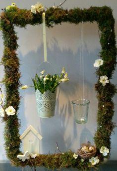 paasdecoratie  metalen frame bekleedt met platmos Happy Easter, Display, Spring, Plants, Diy, Mardi Gras, Flowers, Atelier, Easter