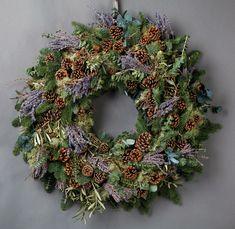 decoracion anvideña casera, corona verde de navidad con ramos verdes de pino y junipero, lavanda y piñas