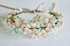 Voici comment réaliser une couronne de fleurs pour les cheveux.   Pour cela vous aurez besoin :    De vernis à ongles aux couleurs de votre ...