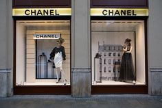 [Example of creating depth in a window display] Chanel