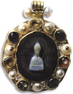 ELLEIPSOEIDES EGKOLPIO   The Prophet Daniel in a bust ,  a sardonyx cameo, gold, pearls, precious stones , the cameo is 12th century and the rest of the piece is from the 15th century.     Cameos: 12th century   Endesi: 15th century (Novgorod)