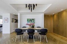 במרומי הקומה ה-25 במגדל יוקרתי בתל אביב קיבלה דירה ישנה ריענון מודרני שכולל שפה אסתטית חדשה, אוסף כיסאות איקוני ויצירות אמנות שמקדשות את העירום