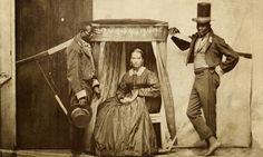 """Senhora na liteira (uma espécie de """"cadeira portátil"""") com dois escravos, Bahia, 1860 (Acervo Instituto Moreira Salles).http://www.historiailustrada.com.br/2014/04/raras-fotografias-escravos-brasileiros.html"""