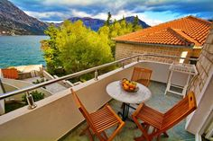 Apartments Vukovi? Nikola Morinj Set in Donji Morinj, 48 km from Dubrovnik, Apartments Vukovi? Nikola boasts a barbecue and sun terrace. Budva is 28 km away. Free WiFi is offered .  All units are air conditioned and include a TV.
