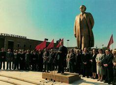 Busti i Enver Hoxhes Tirane.