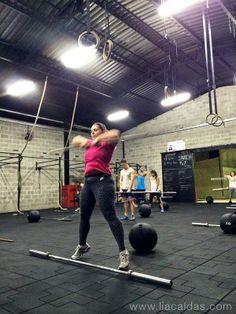 Sumo Deadlift High Pull (SDHP), um dos exercícios básicos do Crossfit. #liacaldas40 #crossfit #fitness #fit #workout #malhacao #30tododia #emagrecer #emagrecimento #weightloss #fatloss #vidasaudavel #qualidadedevida #saudavel #healthyliving #healthy #wellness #emagrecimentosaudavel #emagrecimentonatural