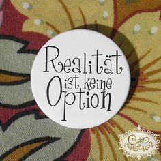 Der etwas andere Spruch-Button - Philosophie zum Anstecken!    Eleganter und witziger Metall-Button in Schwarz/Weiß.