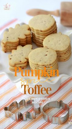 {Recipe} Pumpkin Spice Toffee Cut-Out Cookies Pumpkin Sugar Cookies, Pumpkin Cookie Recipe, Sugar Cookies Recipe, Pumpkin Recipes, Fall Recipes, Cut Out Cookies, No Bake Cookies, Cookies Et Biscuits, Roll Out Sugar Cookies