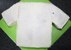 How To T-shirt taart 3D/voetbalshirt 3D (Pagina 1) - Sjablonen, Patronen & Howto's - DeLeuksteTaarten.nl Forum Football Birthday Cake, Soccer Cake, Shirt Cake, Football Shirts, Food And Drink, Cakes, Tudor, Cake Ideas, Pastries