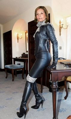 club woman with boots pvc latex and leather fetish eroclubs. Miss Mosh, Leather Gloves, Leather Pants, Black Leather, Lady Ann, Leder Outfits, My Life Style, Tights Outfit, Leather Dresses