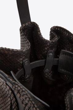 The Beat Bucket Bag Serpentine Bronze Lamina