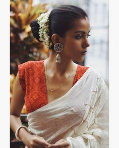 Blouse Back Neck Designs, Best Blouse Designs, Sari Blouse Designs, Blouse Patterns, Indian Fashion Dresses, Fashion Blouses, Stylish Blouse Design, Simple Sarees, Stylish Sarees