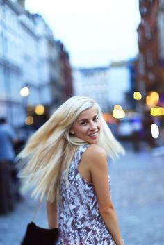 Evelina Barry looking gorgeous in the Kara Monochrome Print Tunic Dress   #monochrome #printeddress #blondehair #fashion #tunicdress