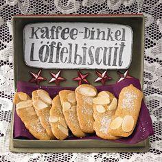 Das aromatisch-süße Dinkelmehl macht die Biskuits fein wie handgeklöppelte Spitzendeckchen. Ideal für den Adventskaffee. Zum Rezept: Kaffee-Dinkel-Löffelbiskuit Sweet Cookies, Biscuit Cookies, Cake Cookies, Christmas Treats, Christmas Baking, Baking Recipes, Cookie Recipes, German Cookies, German Baking
