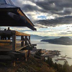 Breathtaking view of Kelowna from Knox Mountain (photo by: @ericsmeeton)