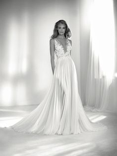 Riada: Sensual but sophisticated wedding dress. Its V-neck in tulle with embroidered and beaded floral appliqués steals the show. Pronovias 2018 Collection