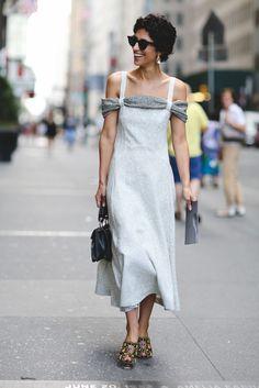 Yasmin Sewell begeistert im femininen Midikleid. #refinery29 http://www.refinery29.de/2016/09/123044/nyfw-spring-2017-best-street-style-outfits#slide-58