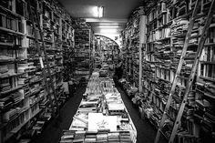 La bouquinerie d'Alain Guillaume, 244 rue Sainte-Catherine à Bordeaux. Lundi 31 août 2015. © Copyright 2016 R.John Spitaels. Brussels.