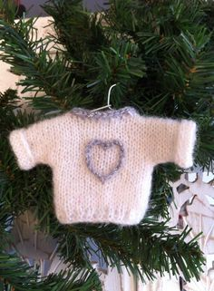 Hello everyone . 3 months have passed since my last article and it takes . Easy Christmas Crafts, Simple Christmas, Pull Crochet, Crochet Decoration, Button Crafts, Christmas Knitting, Free Knitting, Knitting Ideas, Pullover