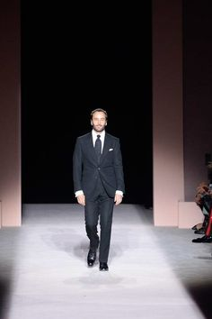 Tom Ford Spring 2018 Ready-to-Wear Collection Photos - Vogue Sharp Dressed Man, Well Dressed, Fashion Show, Men's Fashion, Fashion Design, Men's Style Icons, Tom Ford Men, Men Dress, Ready To Wear